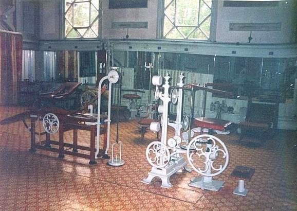 mat riel et salles de musculation l 39 ancienne. Black Bedroom Furniture Sets. Home Design Ideas